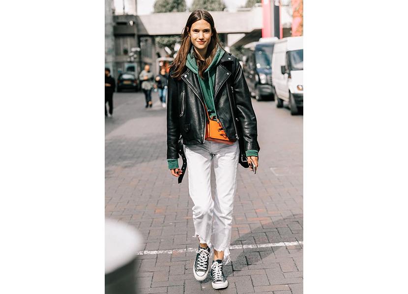 Фото молодежной зеленой толстовки с джинсами и косухой