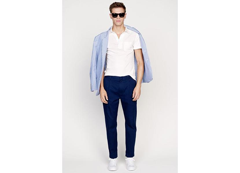 Фото модного мужского лука с белой футболкой и синими брюками чинос